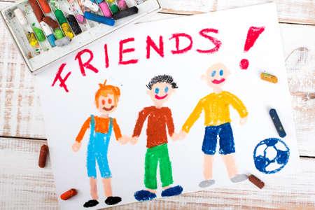 niños con lÁpices: dibujo de amigos jugando al fútbol Foto de archivo