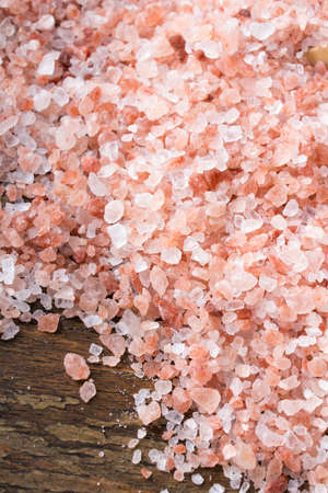 sal: Closeup of a Himalayan salt on wooden background - shallow depth of field Foto de archivo