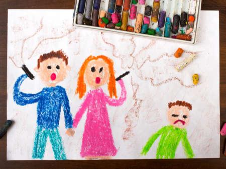 kleurrijke tekening: ouders het roken van een sigaret en verdrietig kind Stockfoto