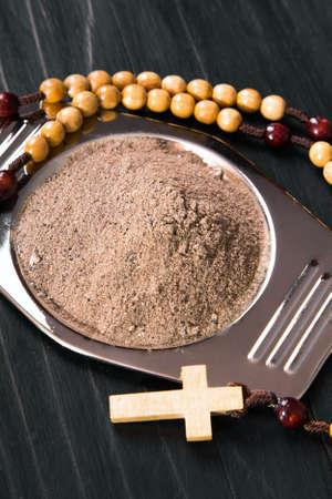 arrepentimiento: Cruz y cenizas - símbolos del miércoles de ceniza. Poca profundidad de campo.