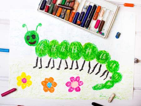 oruga: dibujo colorido: oruga verde con la cara feliz Foto de archivo