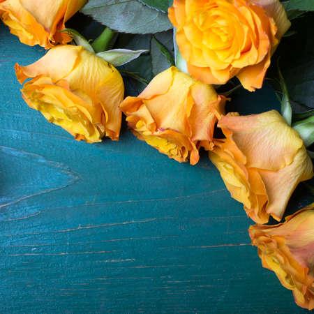 rosas naranjas: ramo de rosas de color naranja sobre un fondo de madera Foto de archivo