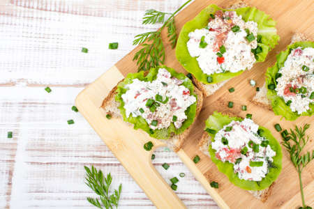 cebolleta: sandwiches with cottage cheese, chives and salad. Foto de archivo