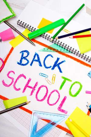 """rotulador: dibujo colorido con las palabras """"vuelta al cole"""" y accesorios de la escuela Foto de archivo"""
