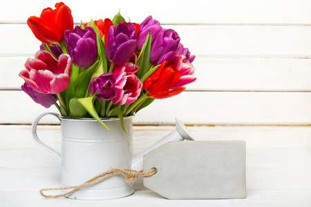 Ramalhete de tulipa em fundo de madeira, espaço de cópia Foto de archivo - 72854891