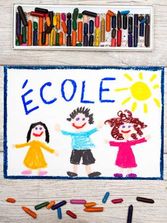 Foto van kleurrijke tekening: Frans woord SCHOOL en gelukkige kinderen. Eerste dag op school.