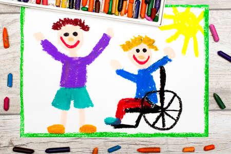 Foto von bunten Zeichnung: Lächelnder Junge sitzt auf seinem Rollstuhl. Behinderter Junge mit einem Freund