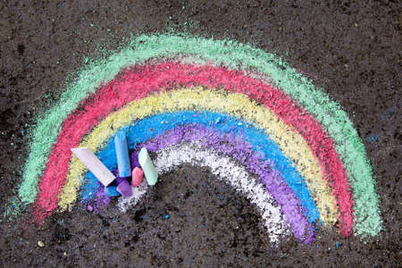 chalk drawing on asphalt: colorful rainbow 免版税图像