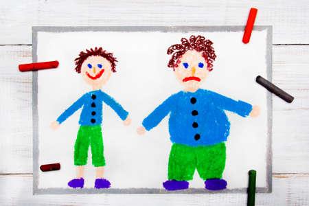 Kleurrijke tekening: glimlachende slanke jongen en zwaarlijvige droevige jongen. Gewichtsverlies. Stockfoto