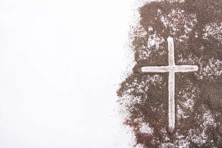 Kreuz und Asche auf Weiß