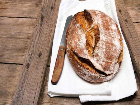 Gustoso pane scuro su fondo di legno rustico, copia dello spazio. Pane integrale.