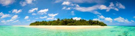 のどかな島とターコイズ ブルーの海の水のパノラマ