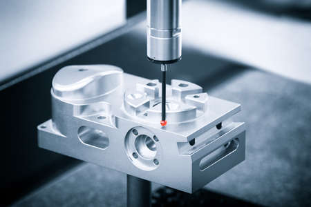 Operator inspectie dimensie metalen onderdelen door CMM na bewerkingsproces in industriële fabriek.