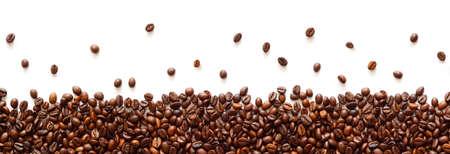Bordure panoramique de grains de café isolée sur fond blanc avec espace de copie Banque d'images