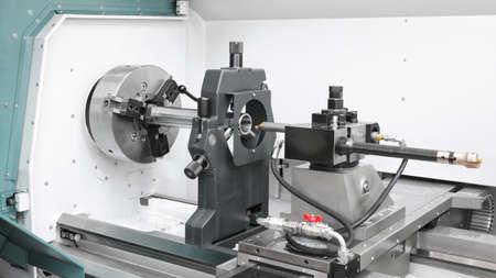 industrie cnc du travail des métaux : traitement de l'arbre métallique en acier sur la machine de tour en atelier.