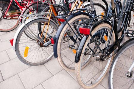 Grupa rowerów parking. Koncepcja sportu z rowerem. Kupie rowerów na ulicy miasta Sztokholm. Selektywne skupienie Zdjęcie Seryjne