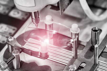 Lensproductie in modern laboratorium. Stockfoto