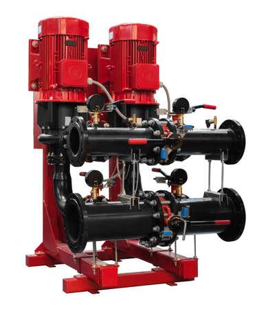Station de pompage automatique compacte et moderne d'approvisionnement en eau à pression accrue isolée sur fond blanc.