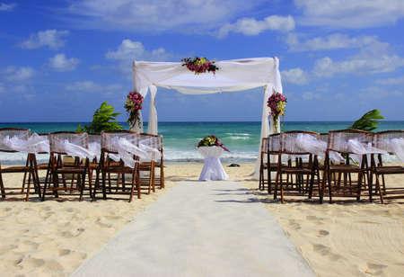 Voorbereiding bruiloft op een prachtig zandstrand Stockfoto