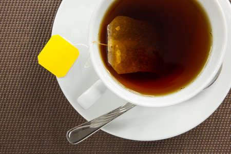fondo cafe: Vista a�rea de la elaboraci�n de la cerveza un t� sobre fondo marr�n