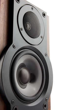 고전적인 나무 케이스에 현대적인 사운드 스피커의 Closeuo에 격리 된 화이트