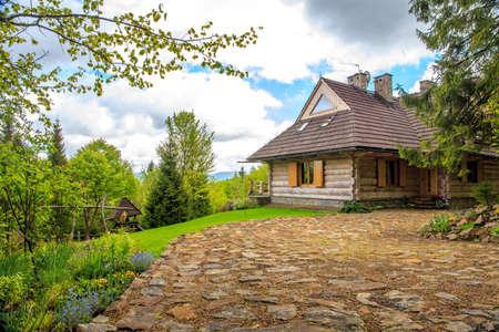 Prachtige houten huisje ergens in het bos Stockfoto