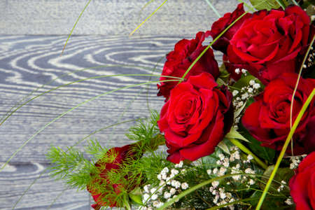 roses rouges: Beau bouquet de roses rouges sur fond de bois