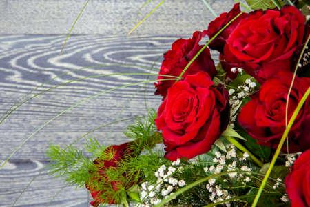 rosas rojas: Hermosas rosas rojas ramo contra el fondo de madera