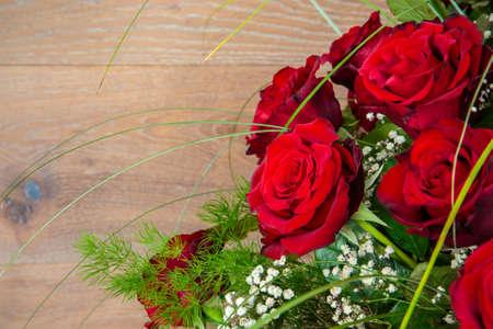 roses rouges: Beau bouquet de roses rouges sur fond bois