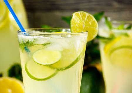 나무 배경에 레모네이드 음료와 잘 익은 과일 상쾌