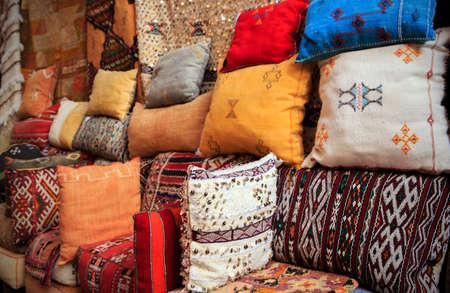ilustraciones africanas: Cojines hechos a mano coloridos en Marrakesh, Marruecos Foto de archivo