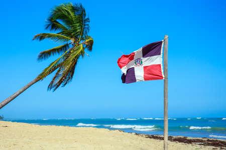 ビーチでドミニカ共和国の国旗