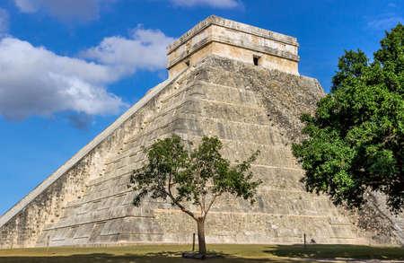 Chichen Itza pyramid of Kukulkan ( el Castillo ) photo
