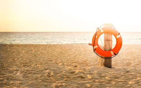 メキシコのどこかの砂浜で救命浮輪