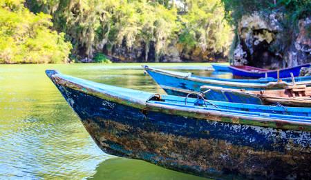 Caribbean blauwe houten boten ergens in Dominicaanse Republiek