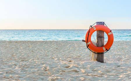 멕시코 어딘가 모래 해변에 생명 구명