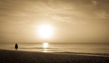 mujer mirando el horizonte: Viendo la salida del sol sobre el mar caribe calma Pareja