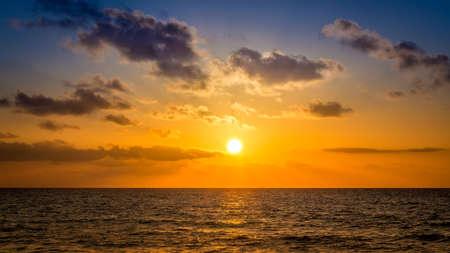 cielo y mar: Salida del sol sobre el mar caribe en algún lugar de México