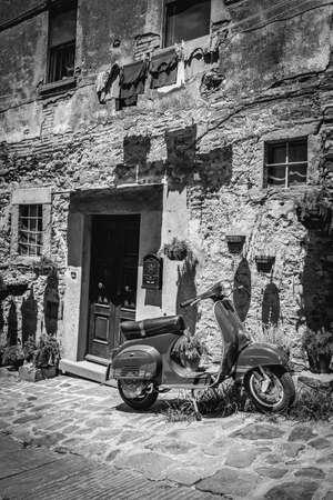 scooter: Escena en blanco y negro de Cortona ciudad de toscanas Foto de archivo