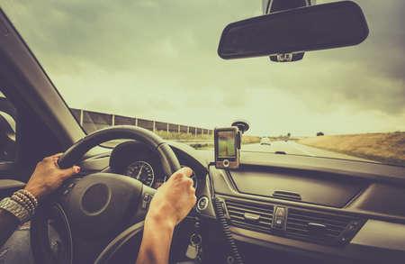 Woman Auto fahren und mit einem Navigationsgerät Standard-Bild