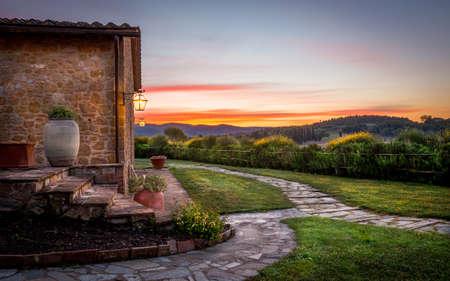 paisaje rural: Paisaje de la Toscana, con un increíble puesta de sol en el fondo
