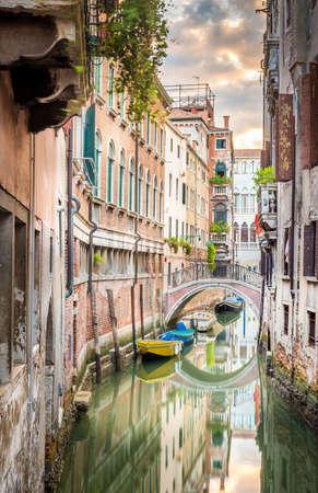 베니스, 이탈리아에서 부드러운 물 아름 다운 좁은 운하