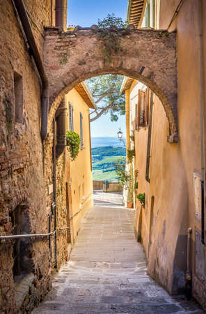 투 스 카 니에서 오래 된 Montepulciano 마을의 좁은 거리 매혹