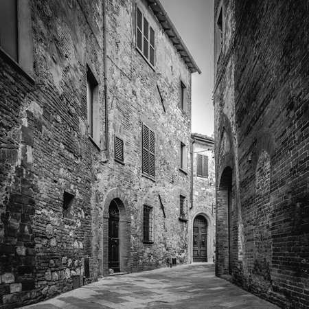 montepulciano: Narrow street of Montepulciano tuscan town in Italy