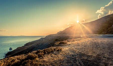 에게 해 (Aegean Sea)에서보기 그리스 코스 섬 위에 석양입니다.