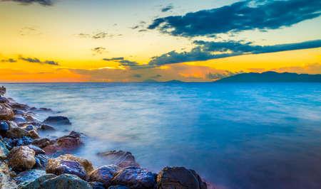 paisaje mediterraneo: la salida del sol increíble y sedoso agua en la isla de Kos, Grecia