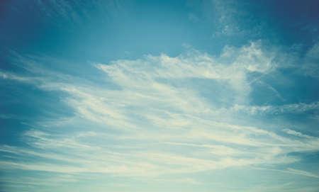 푸른 하늘과 하얀 솜 털 구름 배경