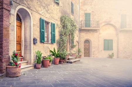 토스카나, 이탈리아에 Montisi 마을을 사로 잡는 아름다운 거리 스톡 콘텐츠