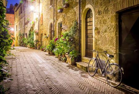 밤에 토스카나 Pienza 마을의 아름다운 거리