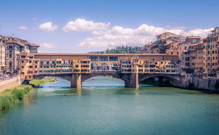 フィレンツェの有名な橋ポンテヴェッキオとアルノ川,イタリア